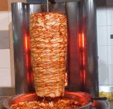 صورة سيهات: الشاب سراج يشتري ساندوتش شاورما ب 55 ألف ريال