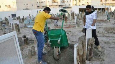 صورة 30 شاباً ينظفون المساجد ويردمون القبور المتضررة من الأمطار