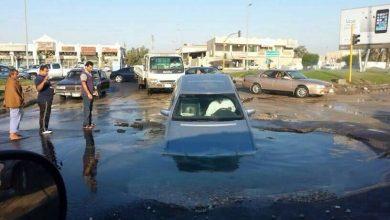 صورة انفجار ماسورة ماء عند سوق الخميس بالقطيف (بالصور)