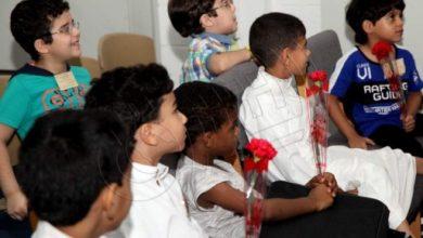 صورة هدايا وورود في استقبال طلاب مدارس سيهات
