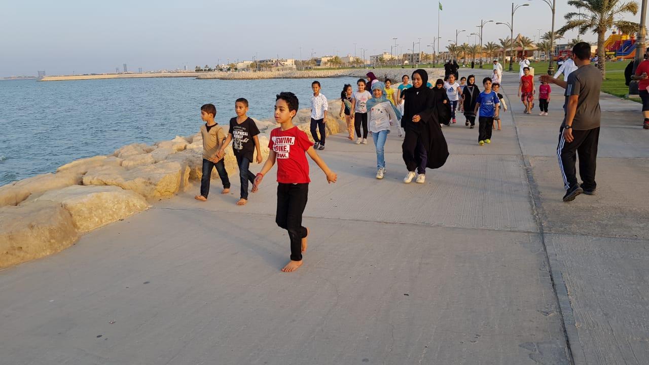 صورة مشاة سيهات يحتفل بالمشي مع الأطفال في ثاني عيد الأضحى