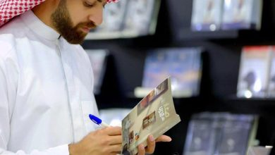 صورة توقيع (صغار على الحرب) في القطيف، و الباذر يشيد برُقّي أهالي المنطقة