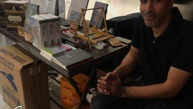 صورة حسن يهدي زوار بسطته كتب طبية مجانية بمناسبة اليوم الوطني ٨٩