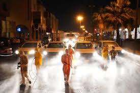 صورة شخصيات مجتمعية تشيد بالعمل الدؤوب المتواصل لتعقيم الشوارع