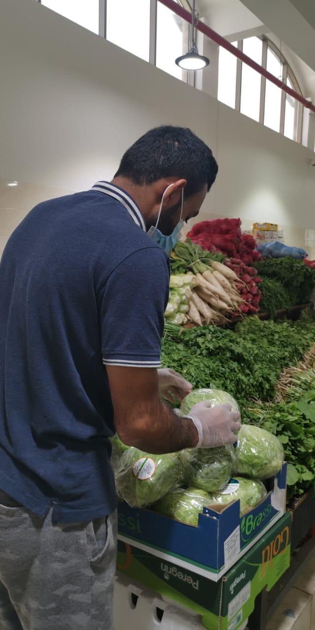 صورة القديح: تداعيات الكورونا تدفع ٨ شباب من عائلة واحدة للعمل ببسطة خضار وفاكهة