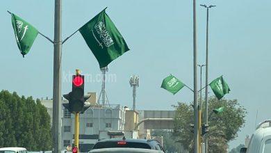صورة بالصور: الأعلام تزيّن شوارع مدينة سيهات في اليوم الوطني