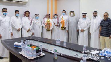 صورة عائلة المرحوم إحسان الجشي تقدم مكافأة خاصة لمضر بطل ثنائية اليد..