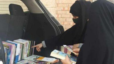 """صورة معلم سعودي ينصب """"عش كتب"""" على سور منزله في القطيف"""