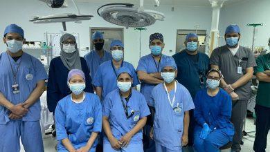 صورة مدير مستشفى القطيف يجري جراحة هي الاولى من نوعها لزرع أصغر جهاز حفز عصبي